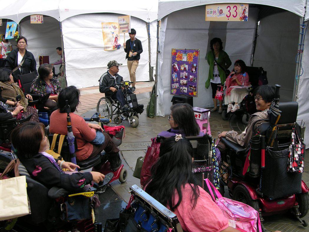 身障街頭藝人在場地競爭中相對弱勢,相關單位應該開發更多演出空間,並同時改善演公共...