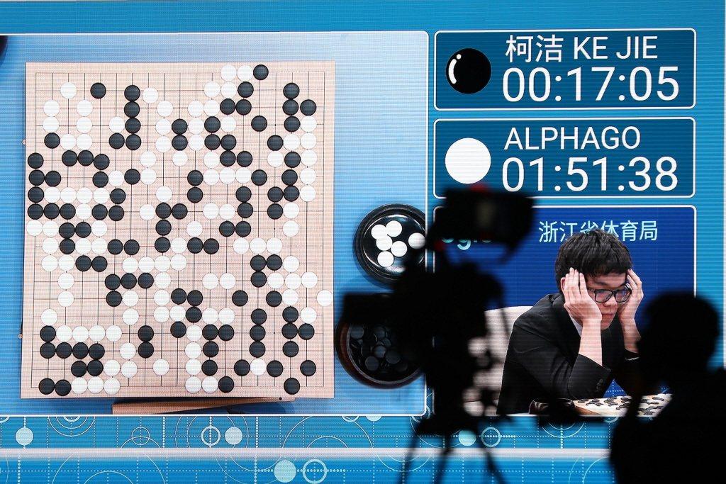 中國圍棋棋王柯潔與ALPHAGO的棋賽,凸顯出電腦和人類理性思維與情感融合的差異。 圖/歐新社