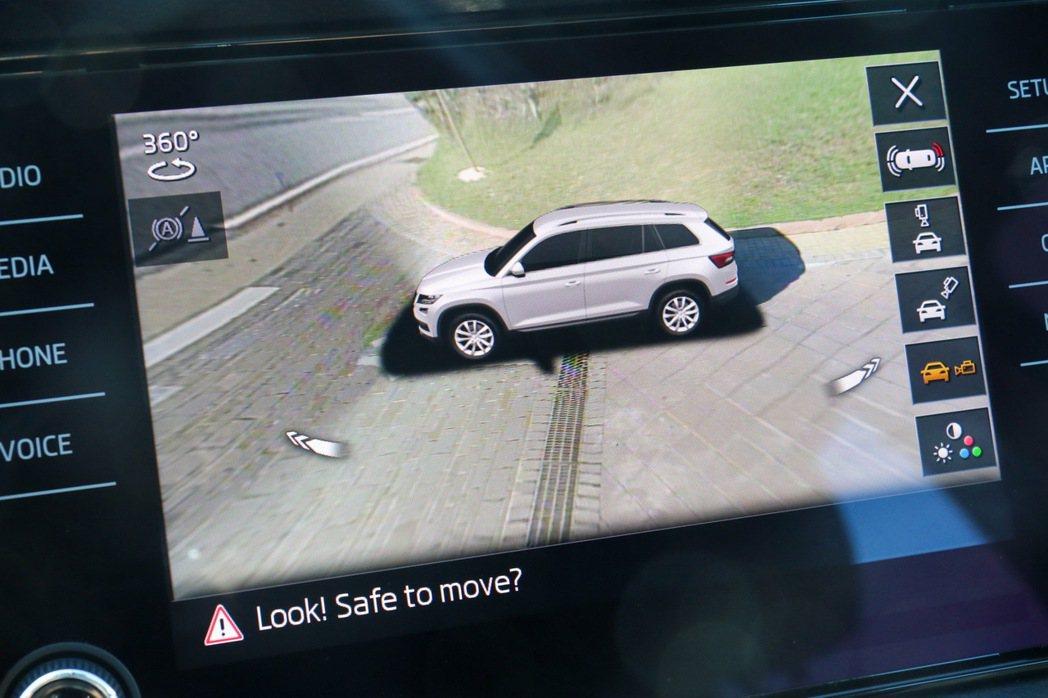 Area View全車俯瞰顯影警示系統所顯示的畫面。 記者史榮恩/攝影