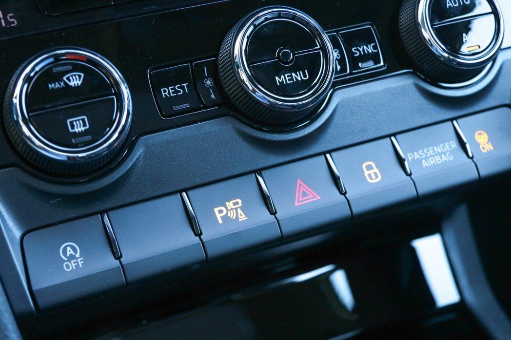有P字樣的按鍵可以啟動Area View全車俯瞰顯影警示系統。 記者史榮恩/攝影