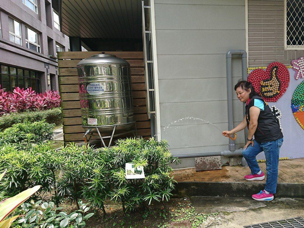 汐止復興里使用黃金資收站回收物的收入添購了一組水樸滿,水用來澆一旁的小花園,一舉...