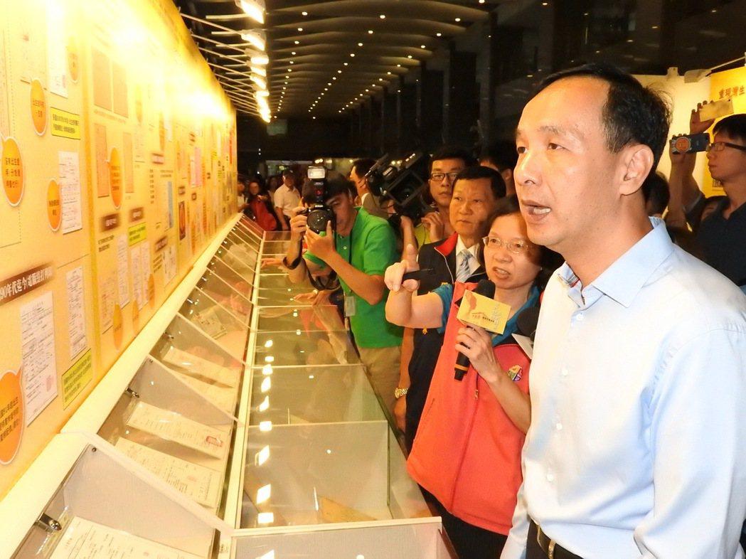 新北市民政局今天起到7月23日在市府大廳舉辦「世代記憶戶政展」,市長朱立倫參觀展...