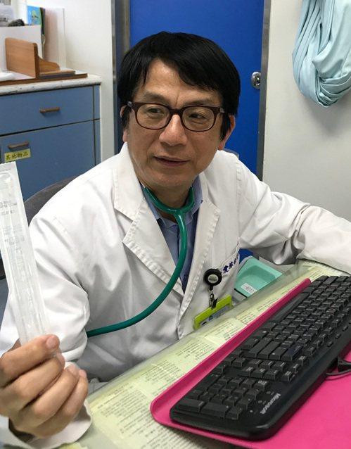台中市大里仁愛醫院小兒科醫師程建勝在1名3個月大的早產兒身上快篩出2種感冒病毒,...