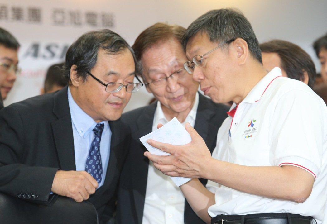 台北車站將配合西區門戶計畫,與廠商簽約將其智慧化,在簽約儀式後,台北市長柯文哲(...