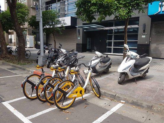 無樁共享單車oBike席捲全台,如今卻不時傳出違停亂象,甚至還有機車停車格被嚴重...