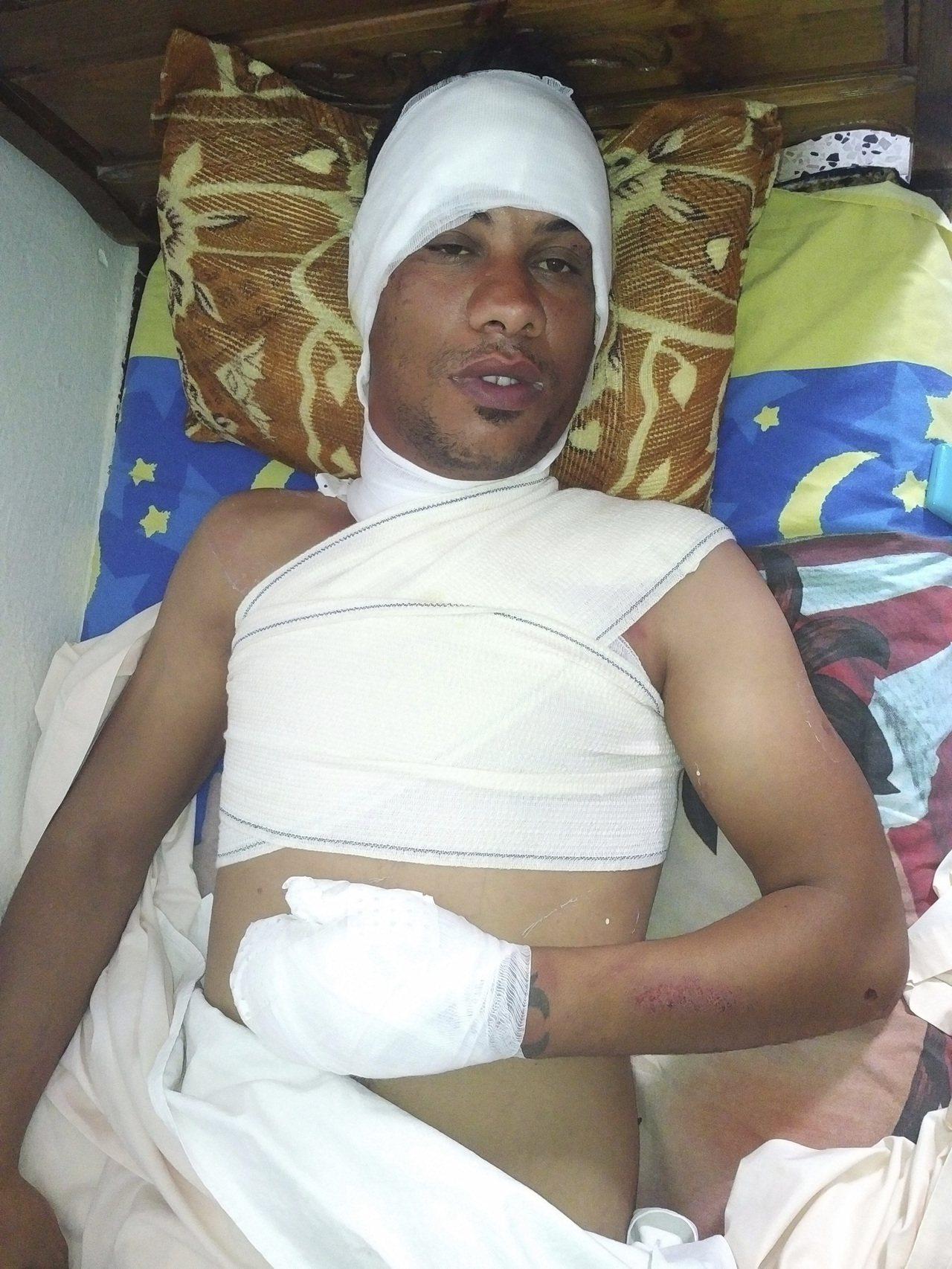 突尼西亞人戴里迪今年5月為抗議警察驅趕他擺攤做生意,點火自焚。圖為他在突尼斯附近...