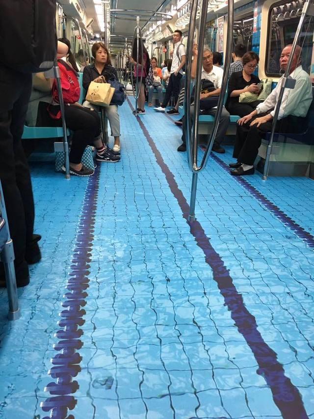 車廂鋪上泳池賽道圖案,逼真程度看起來就像在水上。圖/翻攝爆廢公社