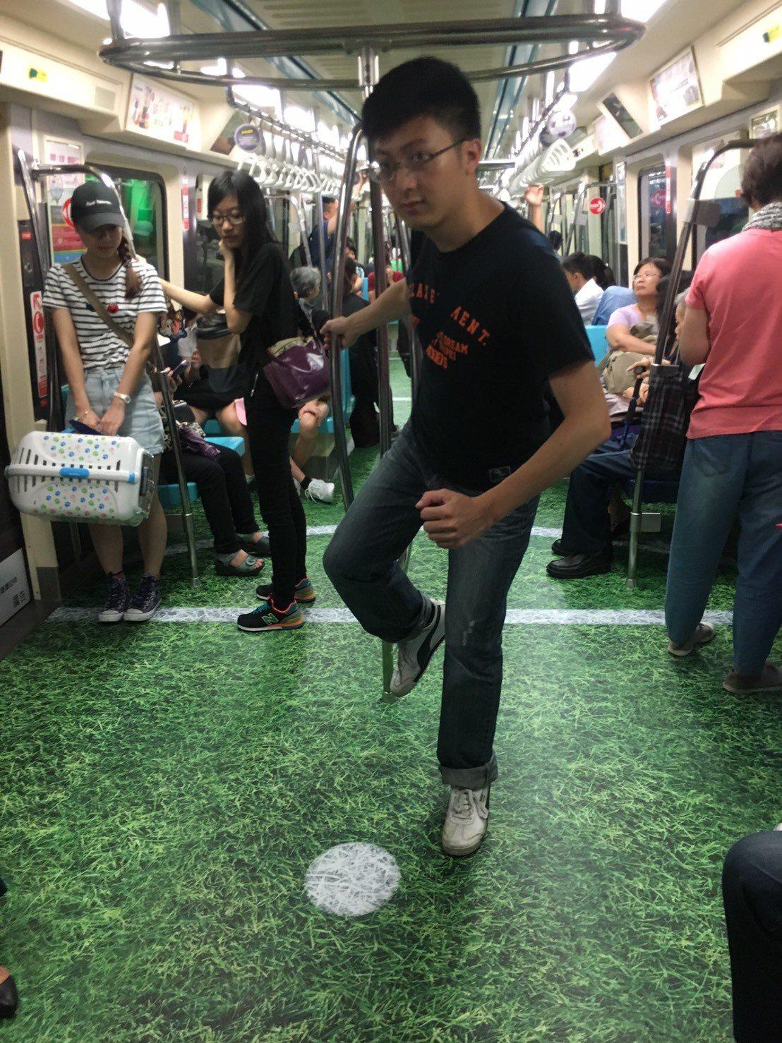 世大運彩繪列車也有草皮足球場。圖/台北市觀傳局提供