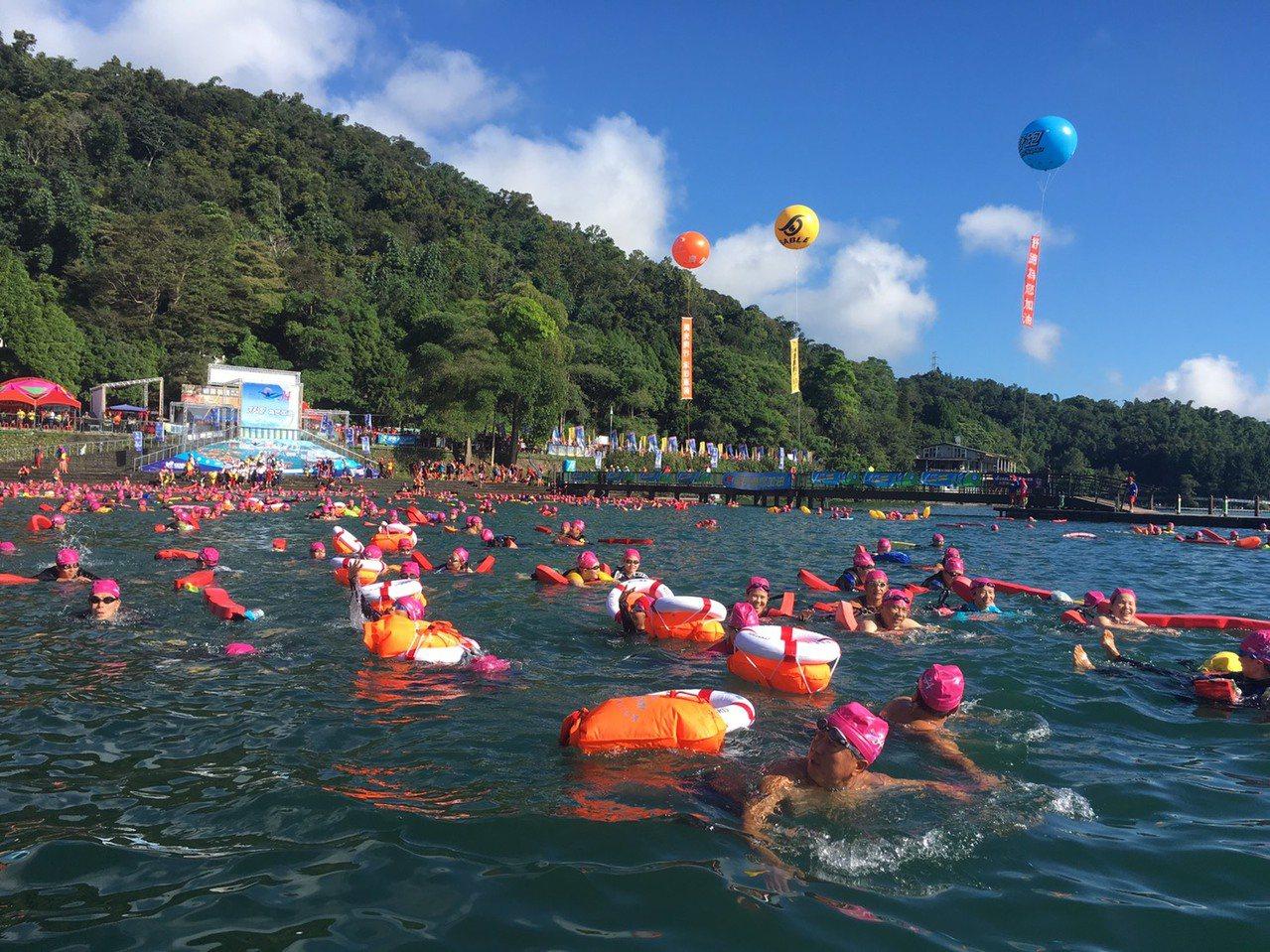 一年一度的萬人泳渡日月潭嘉年華,今年7月15日開放網路報名,人數限定25000 ...