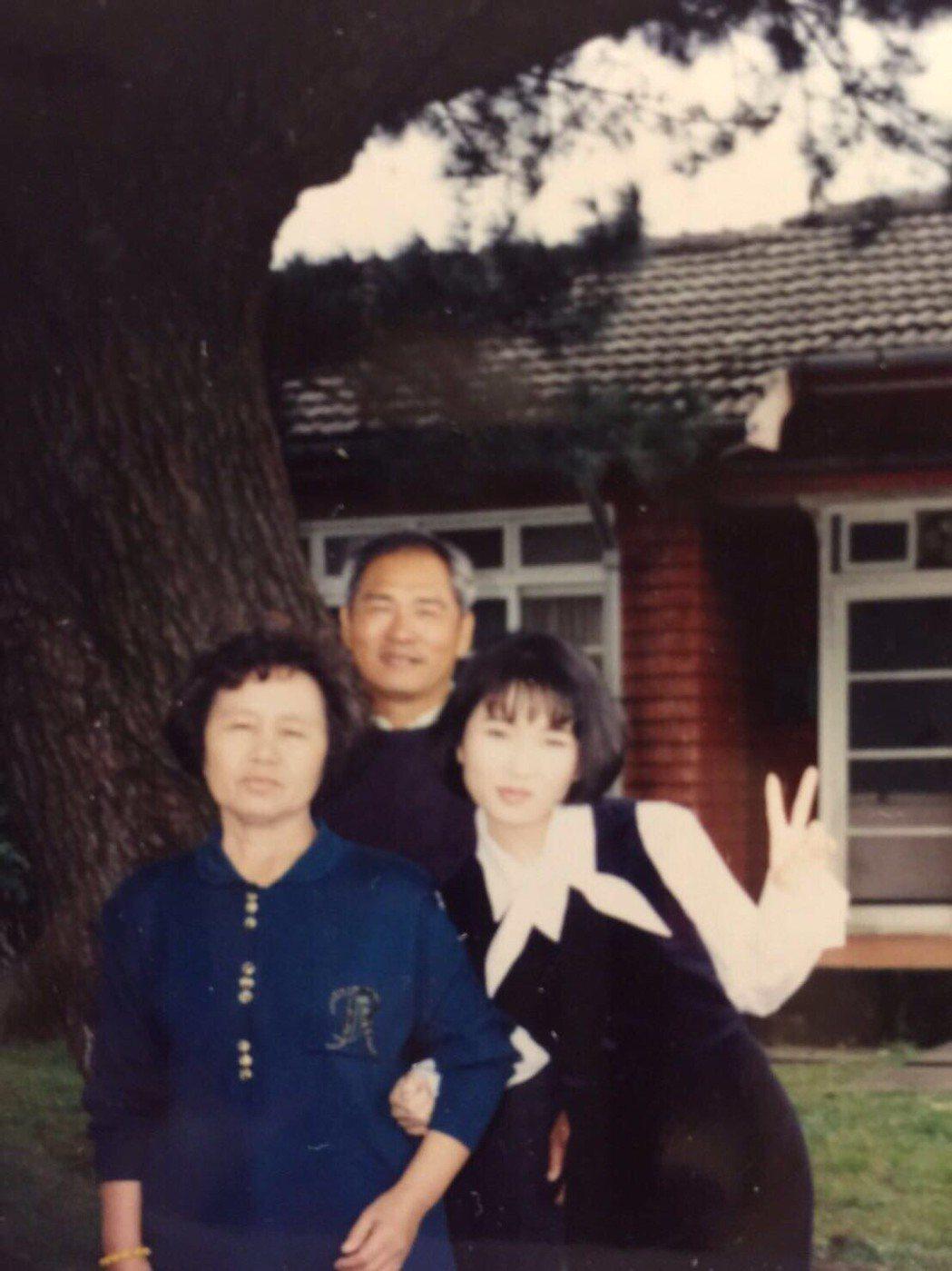 金曲歌后張秀卿與雙親的合照。圖/豪記唱片提供
