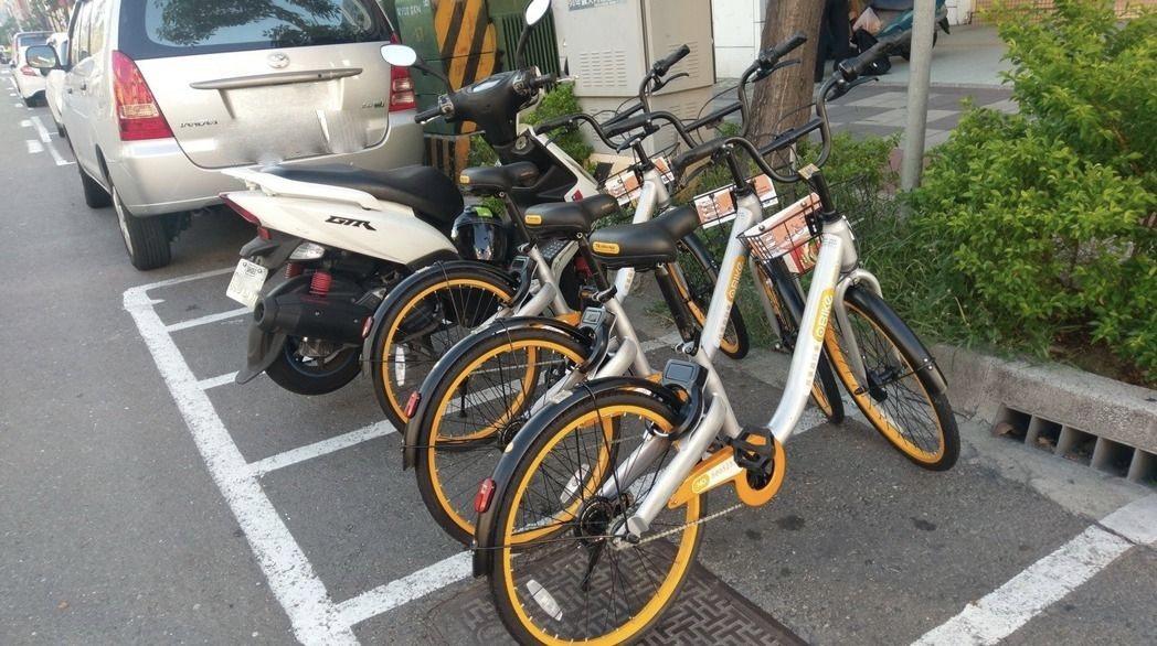 無樁共享單車「oBike」停在機車格,引來機車族罵「佔用」,但業者認為自己合法使...