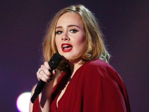 29歲英國歌手愛黛兒因為聲帶受損,取消2場在倫敦的演出,惹火不少歌迷,紛紛在各大社群網站上罵她「不敬業」,甚至有網友罵:「不想要再看到她了。」沒想到在各地都有置產的她,竟不畏懼英倫歌迷的冷嘲熱諷,打...