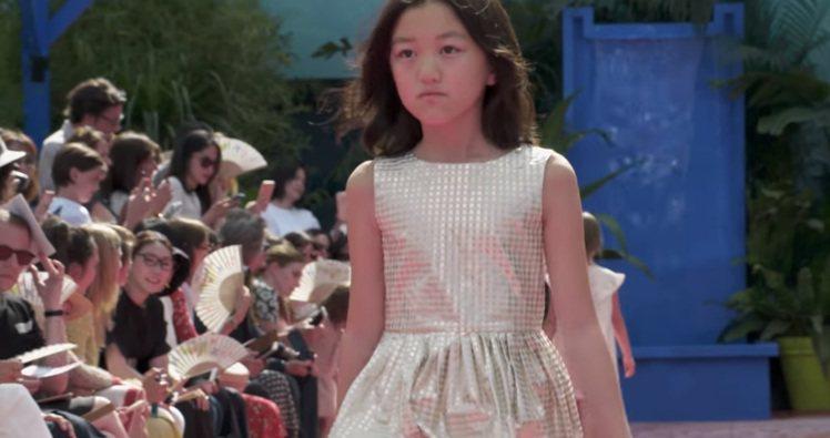 王菲和李亞鵬的女兒李嫣日前為法國童裝品牌Bonpoint走秀。圖/摘自Bonpo...