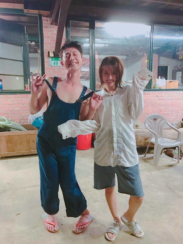 邵雨薇出賣吳慷仁,在臉書po出換衣穿、做鬼臉的搞笑照。圖/摘自邵雨薇臉書