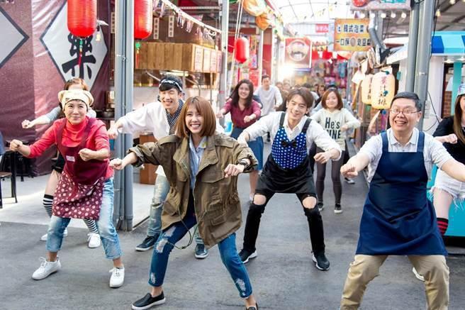 邵雨薇在「極品絕配」中的「開市舞」。圖/華視提供