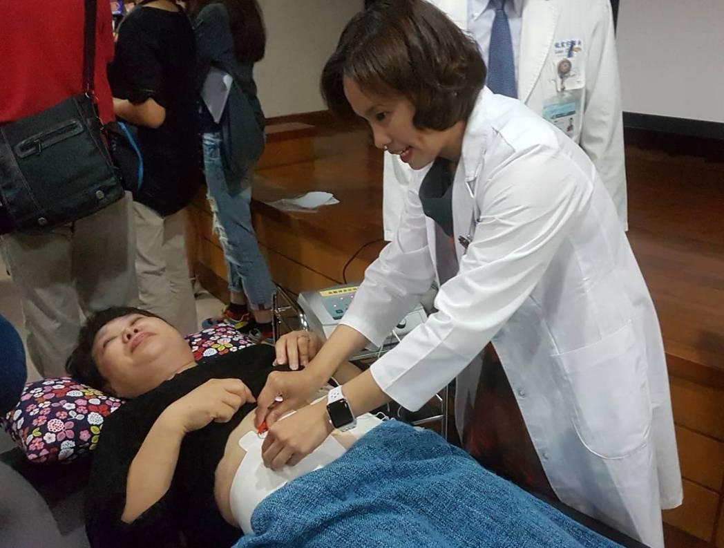 高醫婦產部主治醫師沈靜茹(右)說,不少婦疾患者都有肥胖問題,透過局部電刺激療程,...