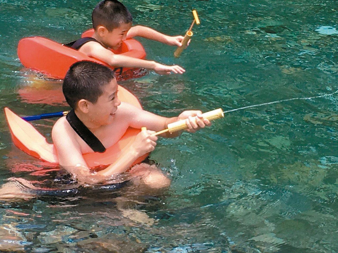 宜蘭縣武荖坑園區的溪水沁涼清澈,縣府推出免費戲水活動。 圖/宜蘭縣府提供