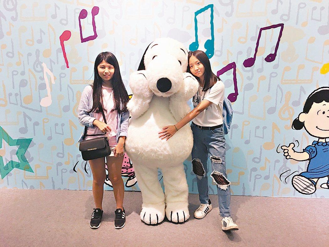 史努比人偶現身台北中正紀念堂。 圖/信石媒體聯合數位文創提供