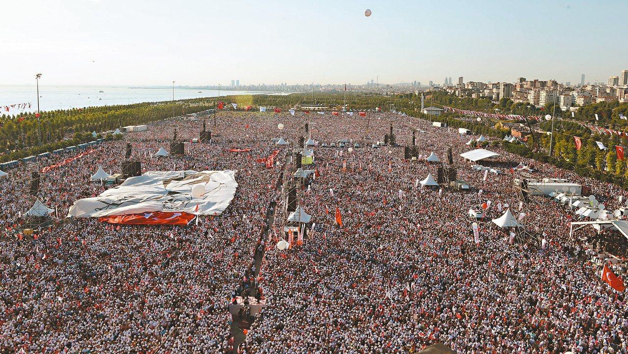 歷經四百五十公里、廿五天的遊行,土耳其大批民眾九日聚集在伊斯坦堡廣場,呼喊「正義...