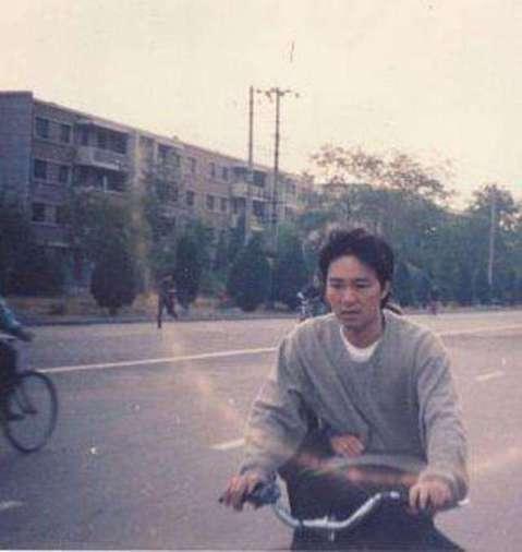多年來網路流傳一張周星馳在敦煌拍攝「大話西遊」時,在街上騎腳踏車的照片,照片中周星馳的腳踏車後座載著一個人,但究竟是誰,始終眾說紛紜。近日當年跟周星馳合作「大話西遊」的導演劉鎮偉揭曉謎底,周星馳後座...