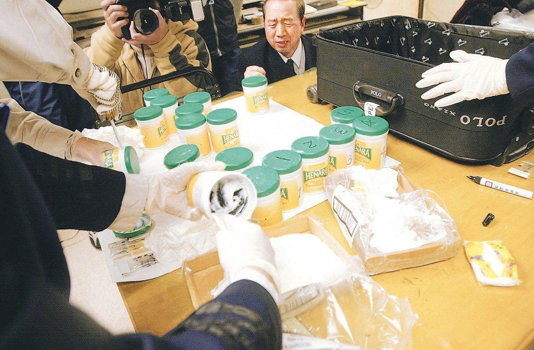 圖為中正機場航警安檢及海關查獲旅客攜帶毒品闖關,在嫌犯托運行李中起出十八罐護髮乳...