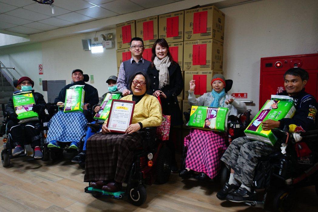 鍾東宏(左)與妻子楊青樺,今年捐助尿布給花蓮縣脊髓損傷福利協進會。記者王燕華/攝...