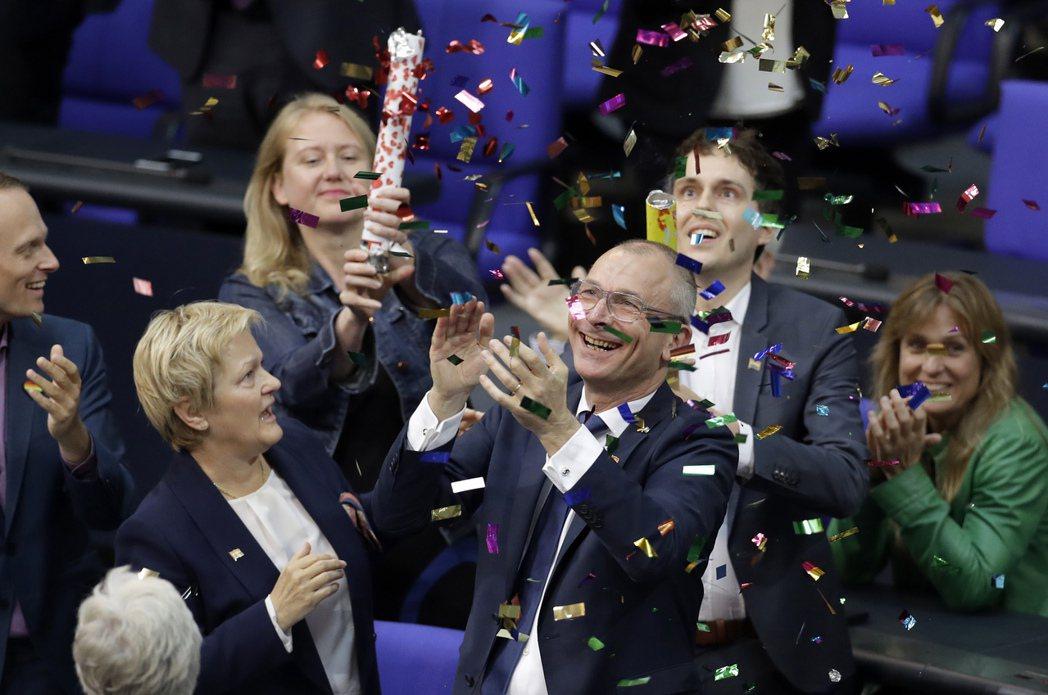 6月30日,在德國綠黨、社民黨與左翼黨的即刻動員下,德國聯邦會成功通過卡關已久的...