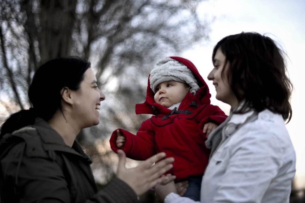 丹麥的〈兒童法〉修正簡單明瞭,共同母親將在子女出生的同時,直接成為子女的共同家長...