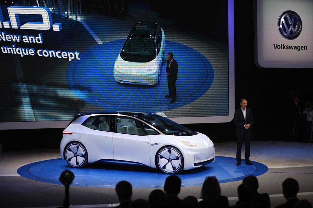Volkswagen的執行長 Herbert Diess宣布VW的首部電動車將會在2020年問世。 摘自彭博