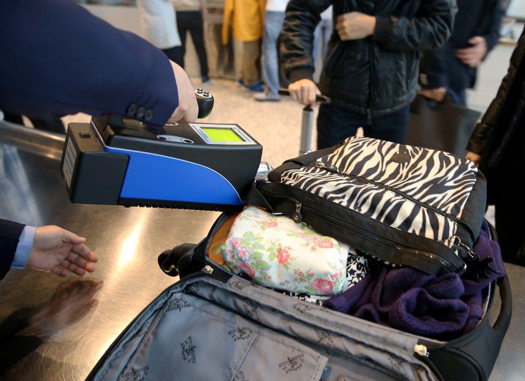 桃園機場加強安檢,航警局增加嗅覺式爆裂物偵檢儀的抽檢率,確保飛航安全。 報系資料...