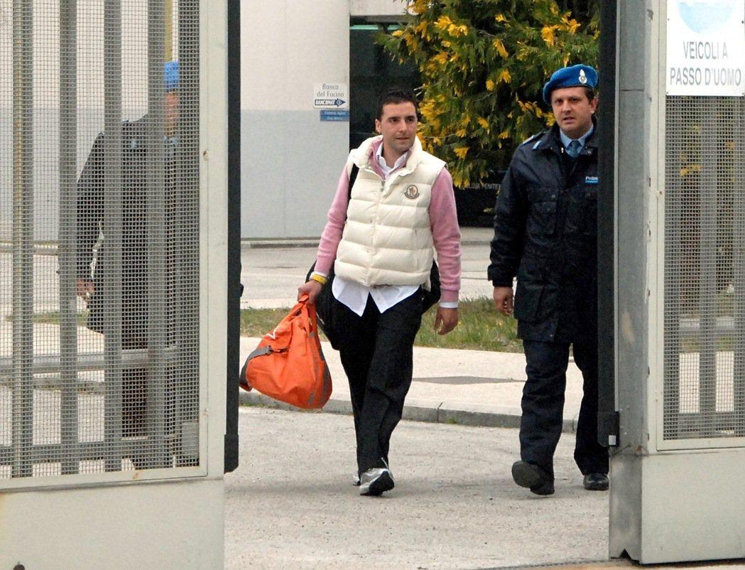 著名黑手黨老大「野獸」里納之子卓賽佩,幾年前假釋出獄,但他從未就家族與個人對社會...