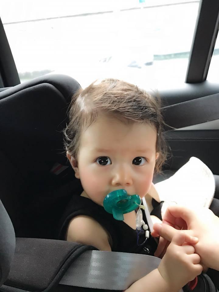 10日瑞莎發現Nika的髮色越來越淺。 圖/擷自臉書。
