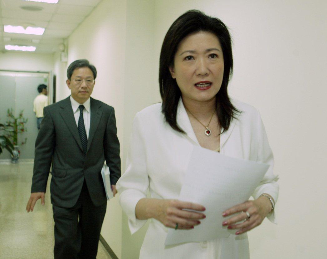 李慶安(前者)2008年被爆具雙重國籍,請辭立委後黯然離開政壇。最近傳出不排除重...