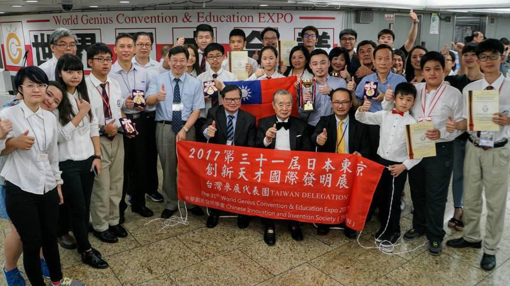 國內睡眠撲滿團隊首次參加日本東京創新天才發明展,並於現場一同合影。 業者/提供