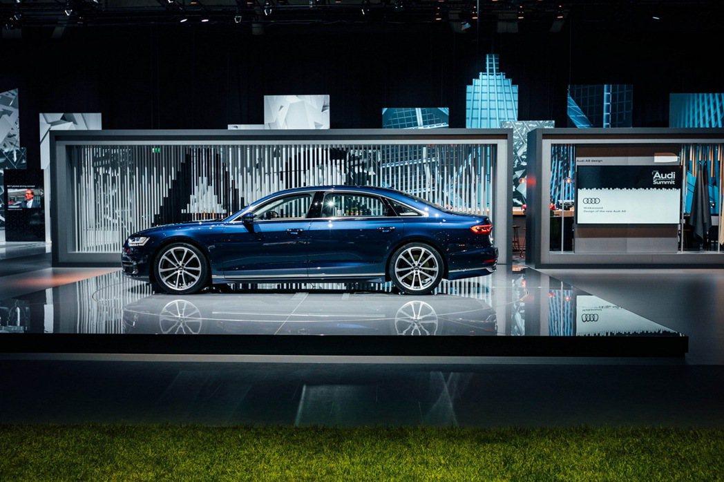 搭載Level 3自動駕駛技術的新一代的旗艦豪華房車Audi A8在高速公路上塞車時,可以切換為自動駕駛模式,駕駛者不需要再聚精會神的等待塞車時的車輛操控。 圖/台灣奧迪提供