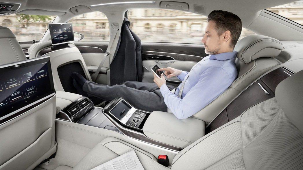 在自動駕駛技術下,駕駛人在車內的時間可以自由的選擇擔任駕駛或是乘客的角色,將節省下來的時間用來作更多其他生活上的工作與休閒。 圖/台灣奧迪提供
