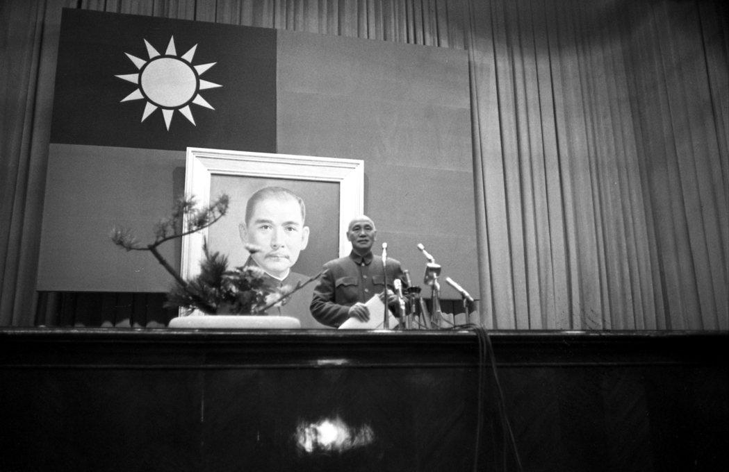 圖為1962年第一屆國民大會代表慶祝中華民國行憲紀念及五十一年度年會,總統蔣中正...