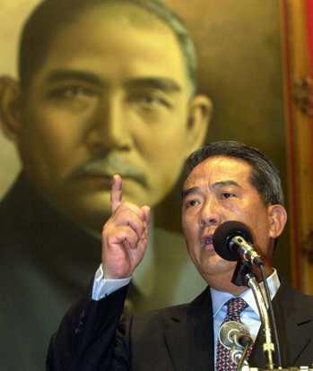 2000年大選失利後組黨,親民黨主席宋楚瑜在宋友會上,以國父名言勉勵「革命尚未成...