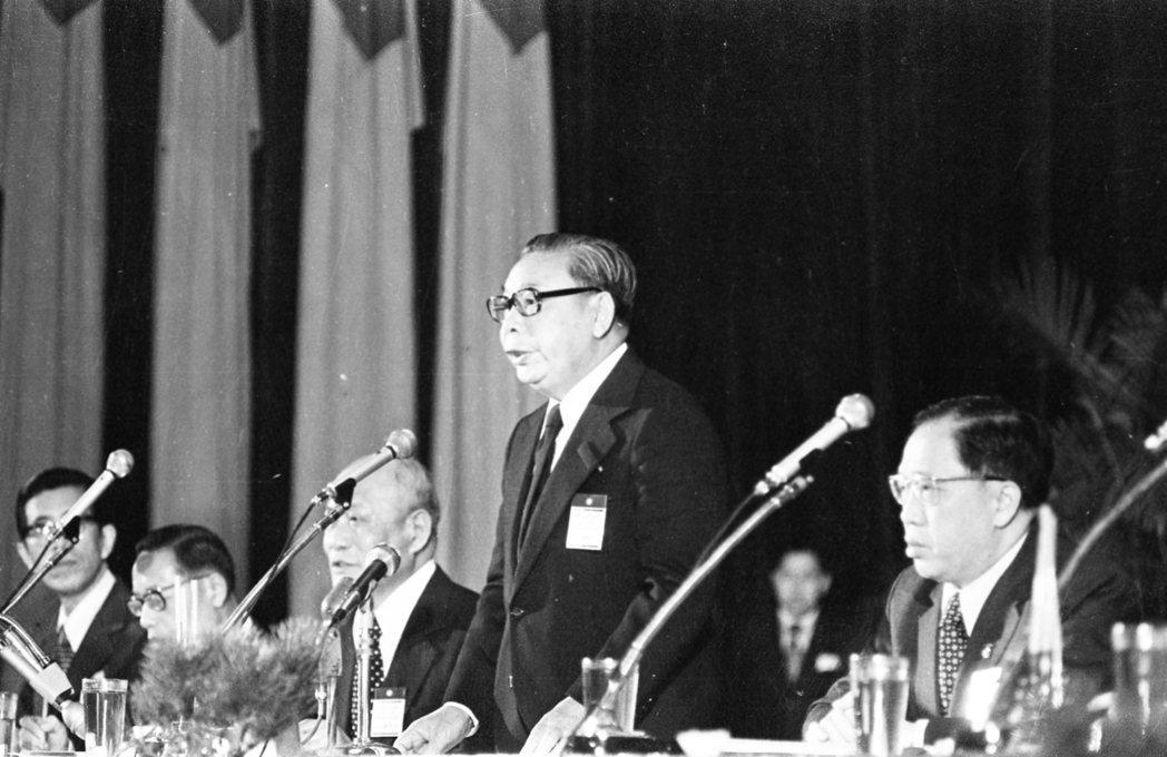 圖為1976年國民黨第十一次全國代表大會,由黨主席蔣經國(立者)擔任主持。 圖/...