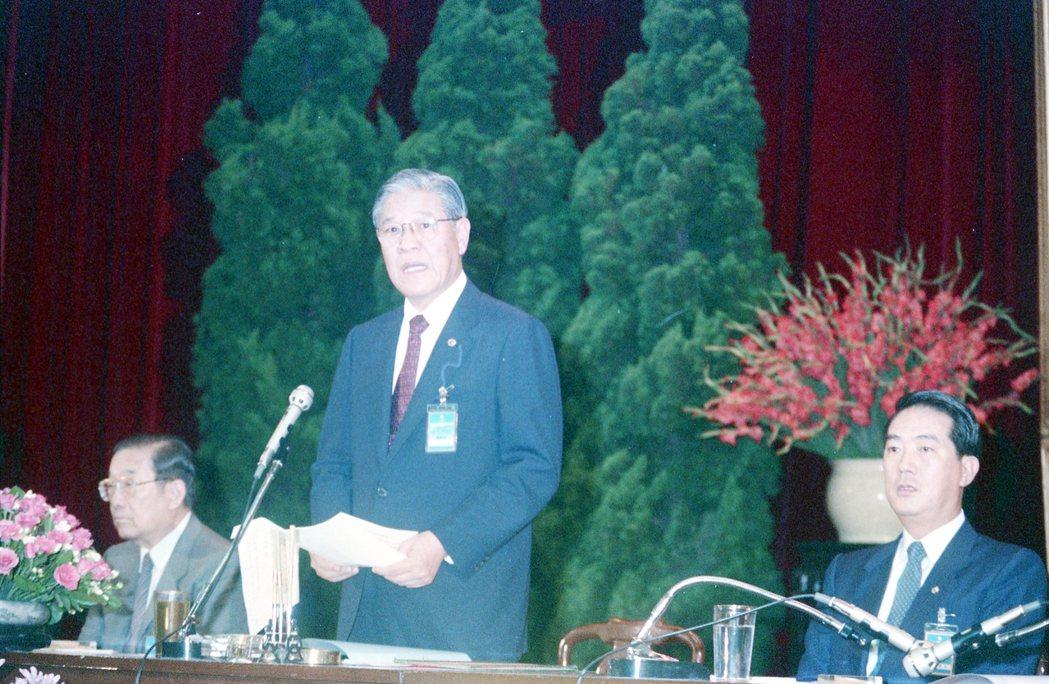 圖為1988年國民黨第十三次全國代表大會會議,時任總統的李登輝(立者)在會中致詞...