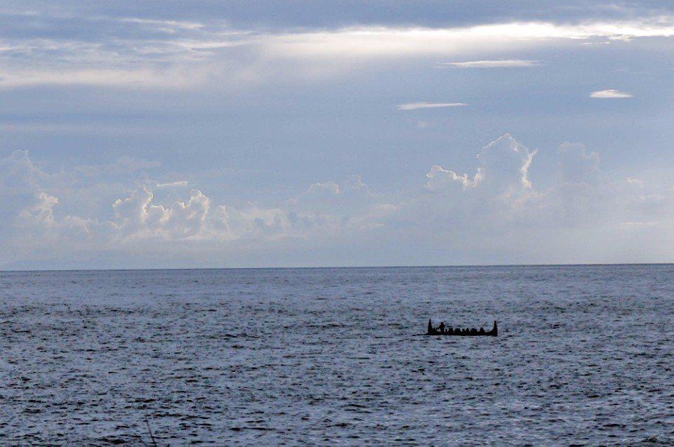 日落時分在練習拼板舟划船比賽的達悟族。(林郁姍/攝)