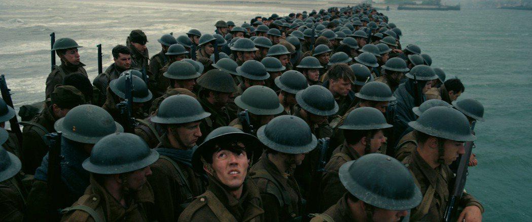 「敦克爾克大行動」片中有極為驚人的特效場面。圖/華納兄弟提供