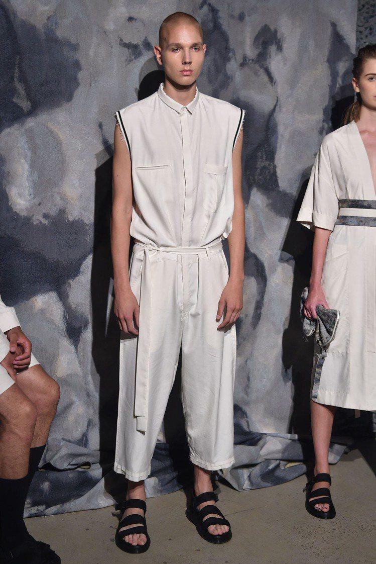 R.Swiader 2018春夏男裝融入古希臘的白色、垂墜等標誌性元素。圖/摘自...