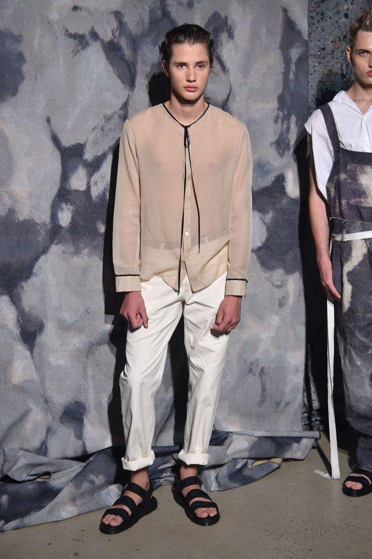 R.Swiader 2018春夏男裝,運用飄逸的材質面料,呈現一派自然的悠閒感。...