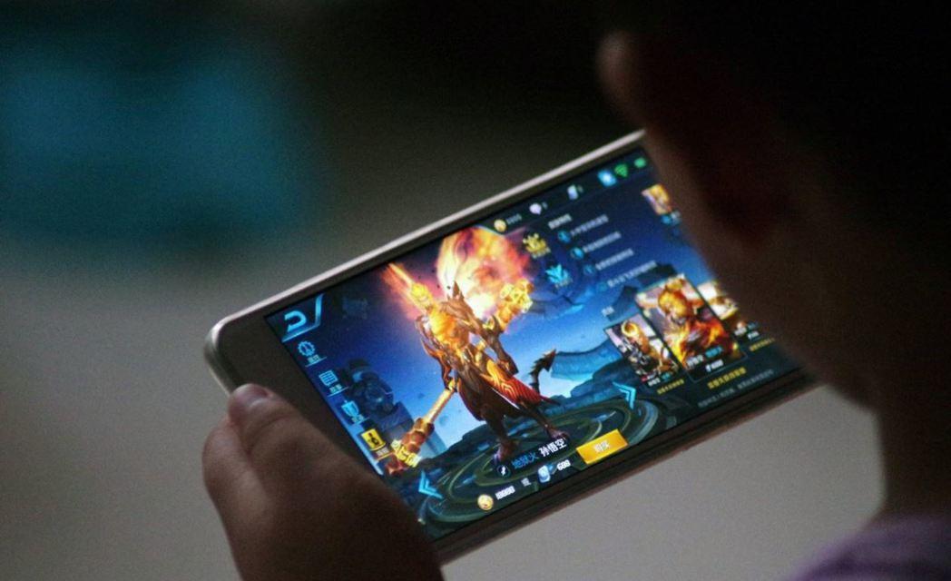 每天上線超過5000萬玩家的大陸手機遊戲「王者榮耀」,再被下宵禁令。 圖/取自路...