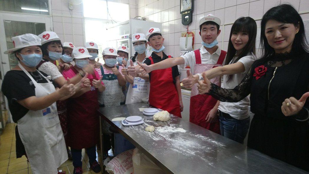 金瑞瑤(右二)今天帶著兒子、姪孫到嘉義若竹兒參訪,和教育中心的孩子們一起製作麵包...
