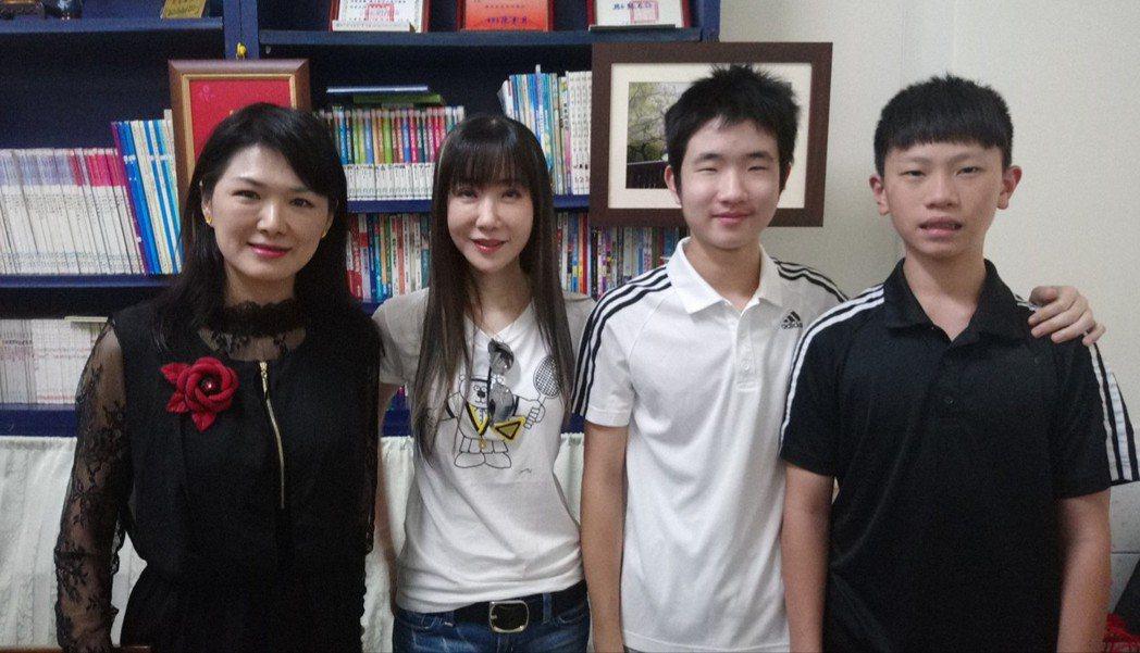 若竹兒董事長賴嬿伃(左起),陪金瑞瑤(左二)和她的兒子、姪孫到嘉義...