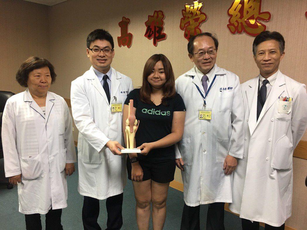 林小姐(中)接受高榮骨科團隊研發的新式韌帶重建手術後,又能開心奔跑跳躍。記者蔡容...