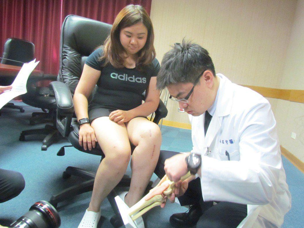 26歲林小姐(左)因習慣性脫臼,已經很久不敢跑跑跳跳,接受新式韌帶重建手術後,年...
