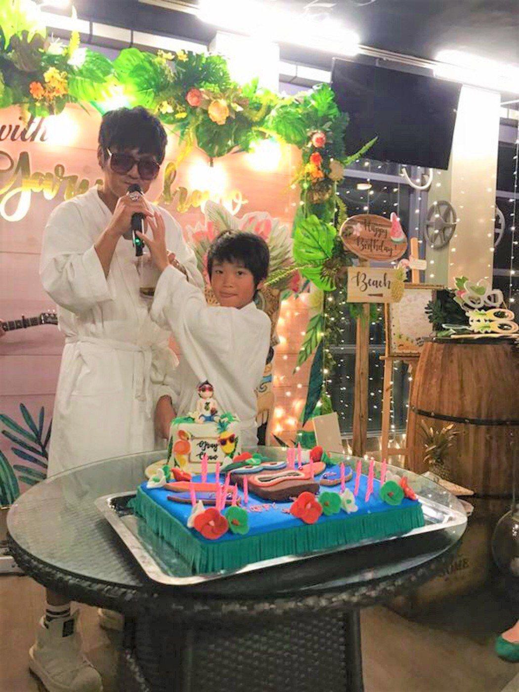 曹格與兒子Joe穿浴袍慶生。圖/擷自曹格官方粉絲專頁